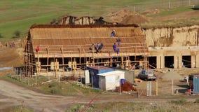Costruzione di una casa di pesca con il tetto tradizionale ricoperto di paglia, lasso di tempo video d archivio