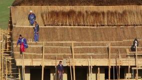 Costruzione di una casa di pesca con il tetto tradizionale ricoperto di paglia, lasso di tempo stock footage