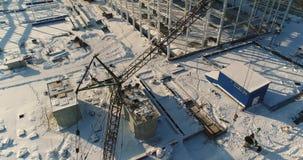 Costruzione di una fabbrica o di una pianta moderna, zona industriale nell'inverno, vista panoramica dall'aria Pianta moderna sul archivi video