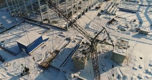 Costruzione di una fabbrica o di una pianta moderna, zona industriale nell'inverno, vista panoramica dall'aria Pianta moderna sul video d archivio