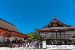 Costruzione di una fase di ballo con le centinaia di lanterne a Yasaka o a Gion Shrine immagini stock