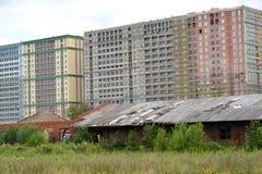 Costruzione di una proprietà degli alloggi nuovi vicino alle vecchie officine ferroviarie Immagine Stock Libera da Diritti