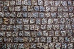 Costruzione di una strada da una bella pietra bagnata del granito fotografie stock libere da diritti