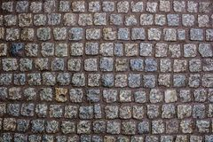 Costruzione di una strada da una bella pietra bagnata del granito fotografie stock