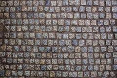 Costruzione di una strada da una bella pietra bagnata del granito fotografia stock libera da diritti