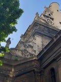 costruzione di vecchia chiesa nel centro storico di Leopoli fotografia stock