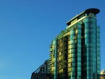 Costruzione di vetro con il cielo blu Immagini Stock Libere da Diritti