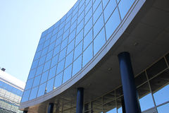 Costruzione di vetro con le colonne Fotografia Stock Libera da Diritti