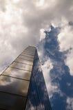 Costruzione di vetro contro il cielo immagine stock