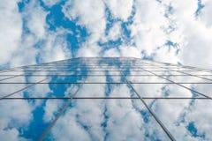 Costruzione di vetro e cielo blu aumento moderno di affari di alto con le nuvole Fotografie Stock Libere da Diritti