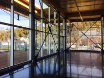 Costruzione di vetro e di legno fotografie stock