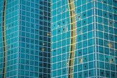 Costruzione di vetro moderna dalla prospettiva della pavimentazione Fotografia Stock Libera da Diritti