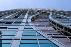 Costruzione di vetro moderna dalla prospettiva della pavimentazione Fotografie Stock Libere da Diritti