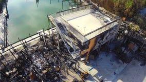 Costruzione dopo essere distruttosi dal metraggio dell'antenna del fuoco stock footage