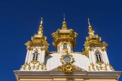 Costruzione dorata a Peterhof davanti a cielo blu fotografia stock libera da diritti
