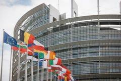 Costruzione e bandiere del Parlamento Europeo Fotografie Stock