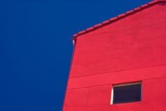 Costruzione e cielo blu rossi fotografia stock libera da diritti