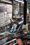 Costruzione e detriti bruciati dopo il disastro del fuoco Immagini Stock