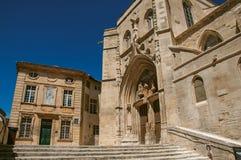 Costruzione e facciata anteriore della chiesa nel centro urbano di Avignone Fotografia Stock