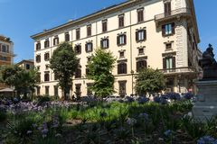 Costruzione e giardino tipici in citt? di Roma, Italia fotografia stock libera da diritti