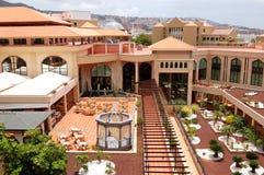 Costruzione e ristorante esterno dell'albergo di lusso Fotografia Stock Libera da Diritti