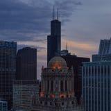 Costruzione e Sears Tower dei gioiellieri al crepuscolo Fotografia Stock