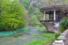Costruzione e stagno con acqua blu in nuovo Athos Fotografie Stock