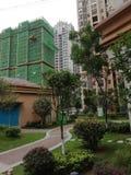 Costruzione ed inverdirsi in costruzione, quartieri residenziali di palazzo multipiano, prati inglesi fotografia stock libera da diritti