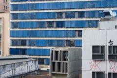 Costruzione enorme con le finestre metalliche blu Fotografie Stock Libere da Diritti