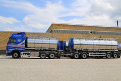 Costruzione esterna del magazzino parcheggiata camion cisterna di Volvo Fotografie Stock
