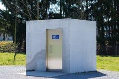 Costruzione a forma di della toilette del cubo Immagine Stock
