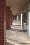 Costruzione fuori delle porte di vetro e del corridoio Fotografia Stock