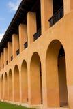 Costruzione gialla con gli arché Fotografia Stock Libera da Diritti