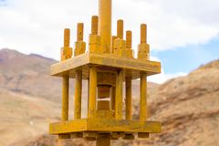 Costruzione gialla del ferro per tenere due parti del ponte fotografia stock libera da diritti