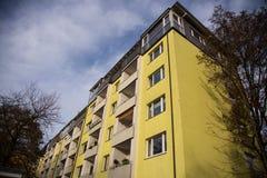 Costruzione gialla a Monaco di Baviera, alloggio Fotografie Stock
