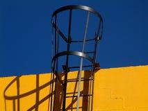 Costruzione gialla, scaletta nera. Fotografie Stock