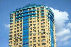 Costruzione gialla sul cielo senza nuvole blu Fotografia Stock Libera da Diritti