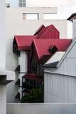 Costruzione graziosa con il tetto rosso Fotografia Stock