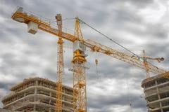 Costruzione industriale di nuovi edifici Gru sul cantiere vicino alle costruzioni concrete Immagini Stock
