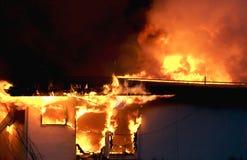 Costruzione inghiottita in fiamme Immagine Stock