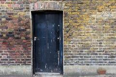 Costruzione invecchiata con la porta di legno nera Immagine Stock Libera da Diritti