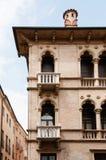 Costruzione italiana con i balconi ed il modanatura Immagine Stock Libera da Diritti