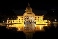 Costruzione legislativa con lo stagno di riflessione Fotografia Stock Libera da Diritti