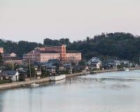 Costruzione lungo il fiume vicino al Huis ten Bosch nel Giappone fotografia stock