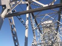 Costruzione metallica del ponte contro il cielo fotografia stock