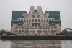 Costruzione MI6 a Londra in una mattina nebbiosa grigia Fotografie Stock Libere da Diritti