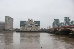 Costruzione MI6 a Londra in una mattina nebbiosa grigia Fotografia Stock