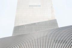 Costruzione moderna alla moda con le linee del metallo Fotografia Stock