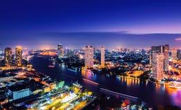 Costruzione moderna alla riva del fiume nella scena di notte Immagine Stock