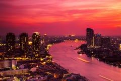 Costruzione moderna alla riva del fiume nella scena di sera Fotografia Stock